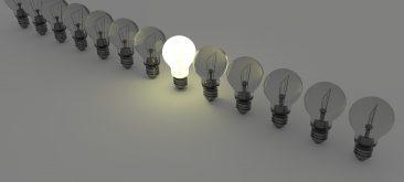 שורה של מנורות כאשר מנורה אחת דולקת