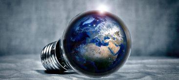 תמונה של נורה המכילה את כדור הארץ בתוכה תמונה מייצגת ל-התייעלות אנרגטית
