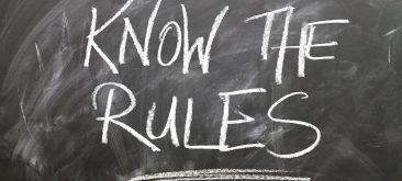 לוח אשר כתוב עליו בגיר באנגלית KNOW THE RULES
